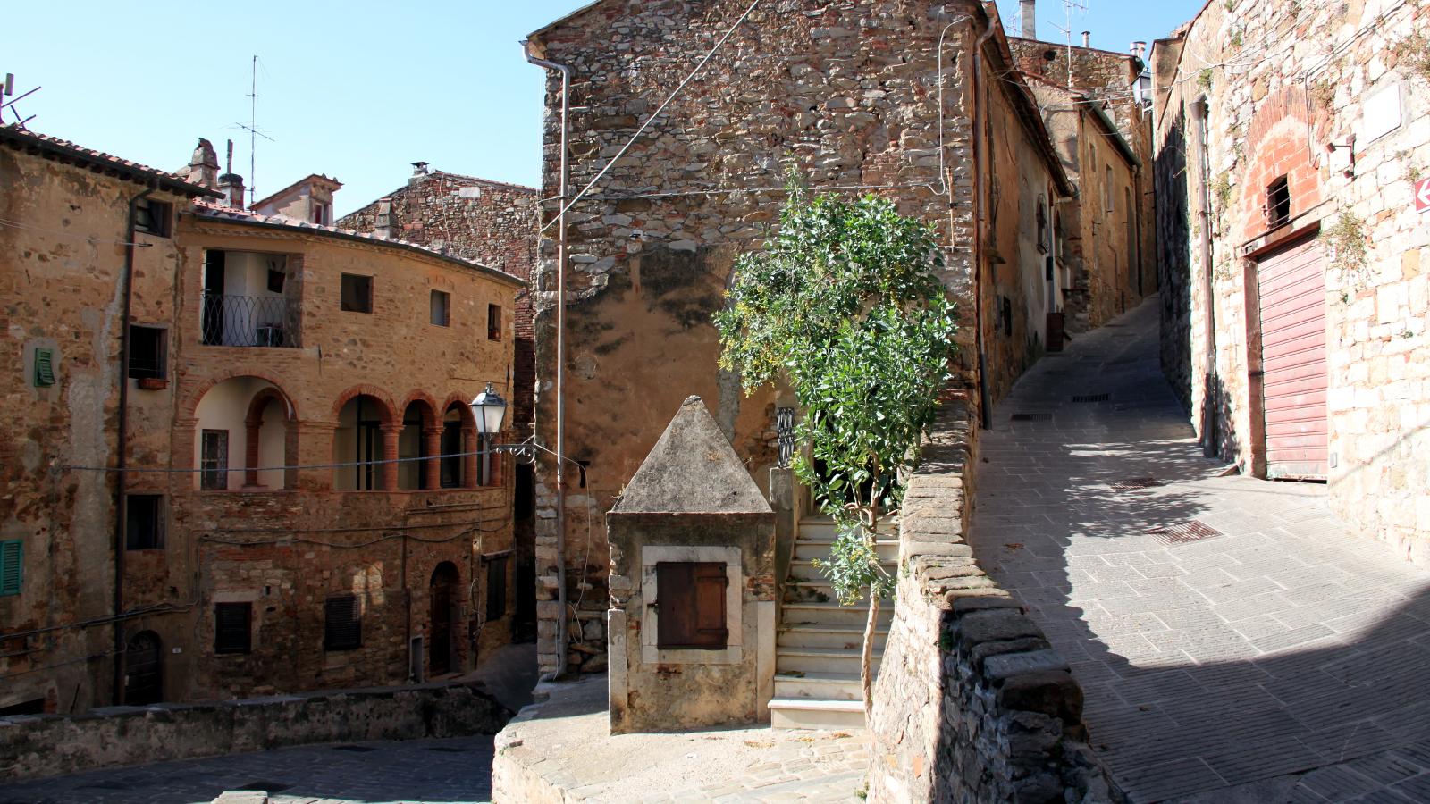 Campiglia Marittima: Via Vecchio Pretorio - LepoRello (Wikipedia)